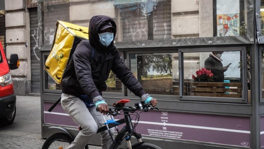"""Da infermiere a rider, Mahmoud dona mille mascherine alla Croce Rossa: """"Aiuto l'Italia"""""""