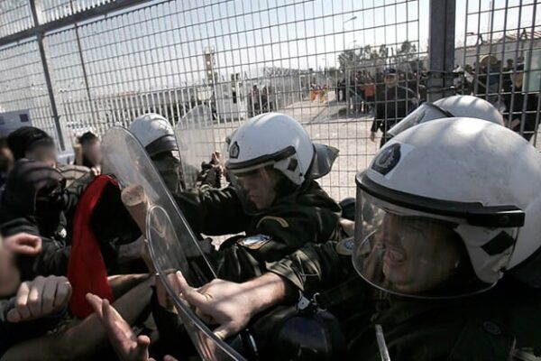 Escalation Siria, Turchia apre frontiere ai profughi: la Grecia usa i lacrimogeni