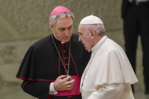 """Papa Francesco congeda padre George, storico segretario di Ratzinger. Il Vaticano: """"Ordinaria ridistribuzione"""""""