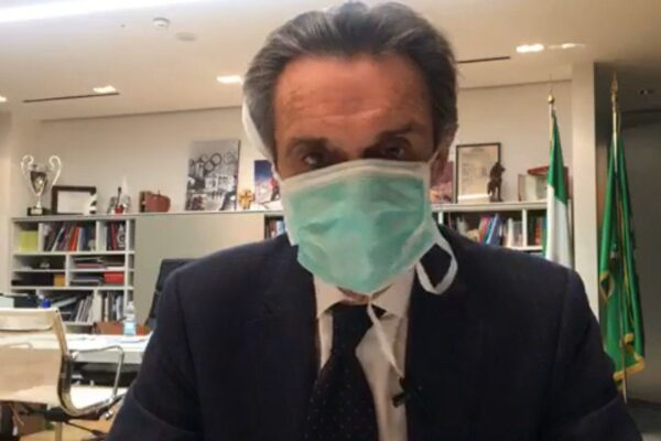 """Collaboratrice positiva al coronavirus, la 'sceneggiata' di Fontana con la mascherina: """"Mi auto-isolo"""""""