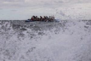 """Naufragio a largo della Libia: """"Il mare è un cimitero, morte 15 persone"""""""