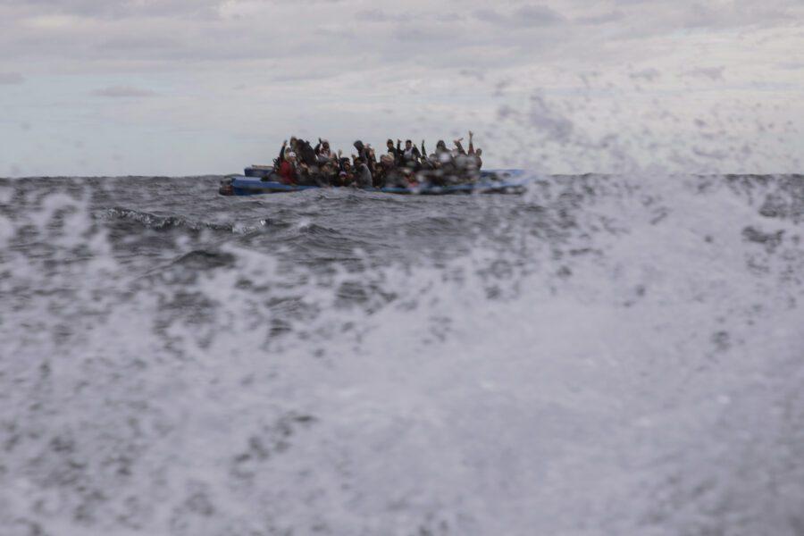 Migranti, in 90 su una nave alla deriva e nessuno interviene. Italia invia alla Libia modifiche sul patto