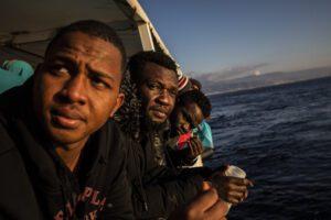 Tragedia in mare, migrante si getta dalla nave in quarantena