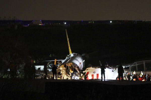 Istanbul, aereo va fuori pista e si spezza in tre parti: un morto e 157 feriti