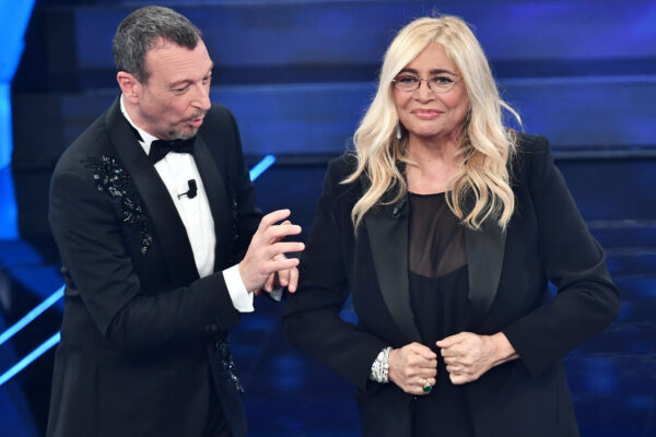 """Sanremo, polemiche infinite. 50 mila euro a Mara Venier, ma lei replica: """"Non è vero niente"""""""
