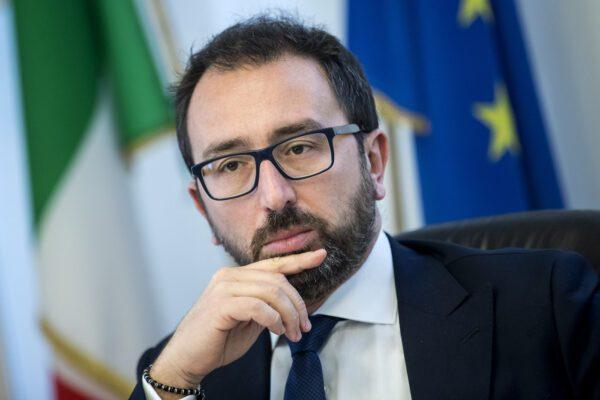 """Detenuto morto a Bologna, Sgarbi contro Bonafede: """"E' omicidio premeditato"""""""