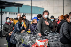 Foto Claudio Furlan – LaPresse  23 Febbraio 2020 Casalpusterlengo (Italia)  News Code al supermercato per gli approvvigionamenti nella zona del lodigiano colpita dal coronavirusPhoto Claudio Furlan – LaPresse 23 Febbraio 2020 Casalpusterlengo (Italy) NewsQueues at the supermarket for supplies in the Lodi area affected by the coronavirus
