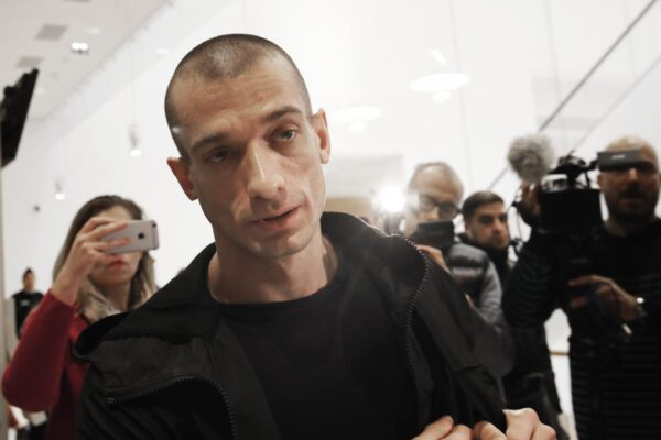 Fermato l'artista Piotr Pavlenski, ha diffuso il video porno del candidato sindaco di Parigi