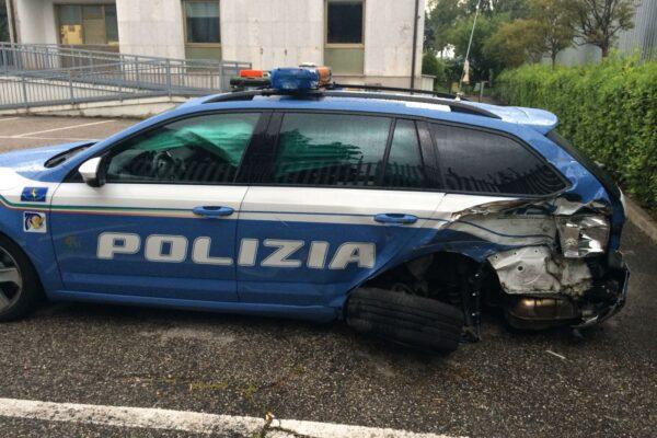 Senza patente sperona col tir l'auto della polizia, arrestato dopo inseguimento