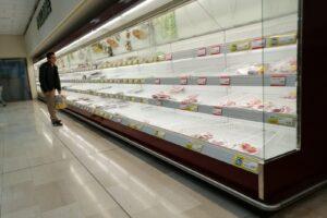 Panico da quarantena in Lombardia, scatta corsa ai supermercati: gli scaffali restano vuoti