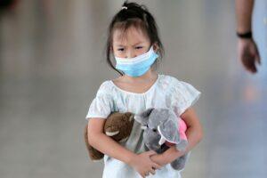 Perché il coronavirus attacca poco i bambini: regole per preservarli