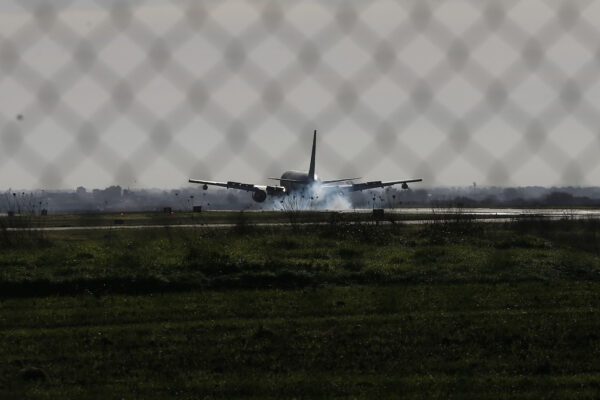 Atterrato a Pratica di Mare il Boeing con i 56 italiani di ritorno da Wuhan