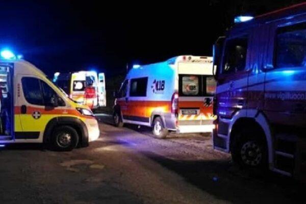 Schianto tra camion e auto, padre muore tra le lamiere davanti al figlio