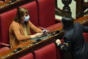 Effetto coronavirus in Parlamento, la Baldini prima deputata in Aula con la mascherina