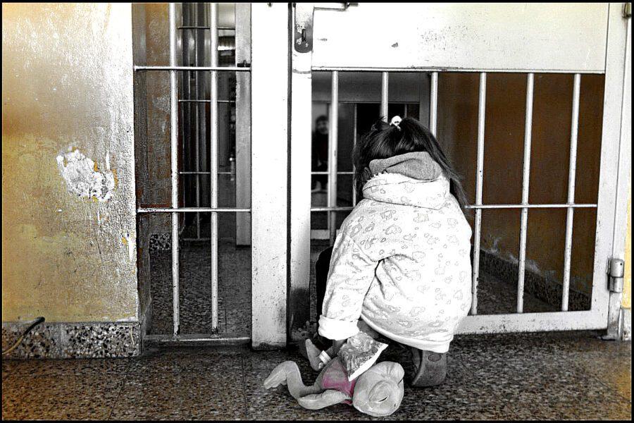 La condanna dei figli dei detenuti, costretti a vedere i genitori allevati come bestie