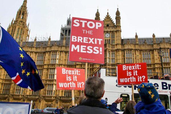 """Effetto Brexit, appare il volantino razzista: """"Parlate inglese o tornate a casa, così non infettate il Paese"""""""