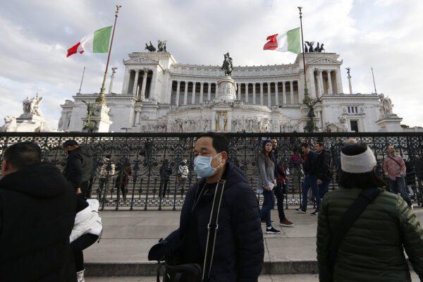 """Cinesi aggrediti in strada a Roma: """"Andate via dall'Italia, ci portate il coronavirus"""""""