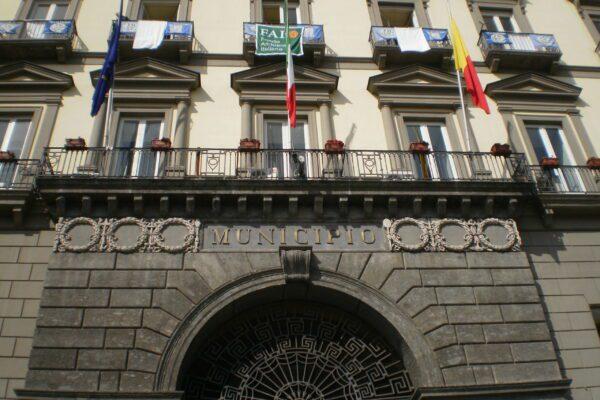 Coalizione senza volto: A Napoli il centrodestra c'è ma vive nell'ombra