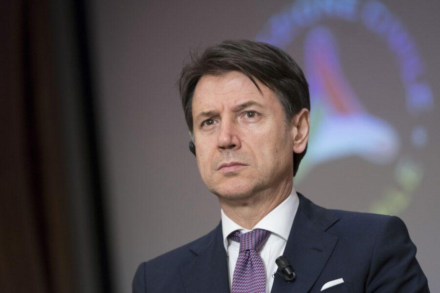 """Coronavirus, Conte spegne gli allarmismi: """"Italia Paese sicuro, inaccettabili limitazioni agli italiani all'estero"""""""
