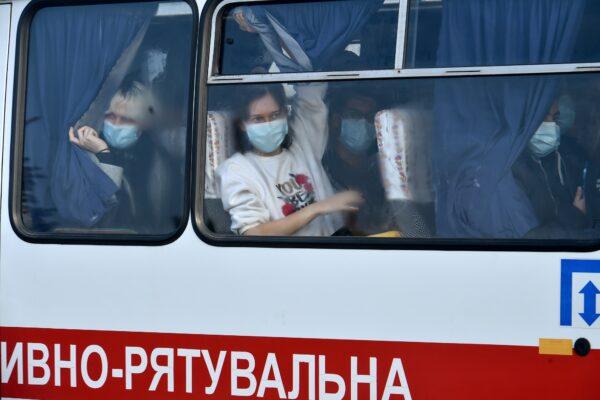Ucraina, fake news sul coronavirus scatena sassaiola contro pullman rientrato dalla Cina