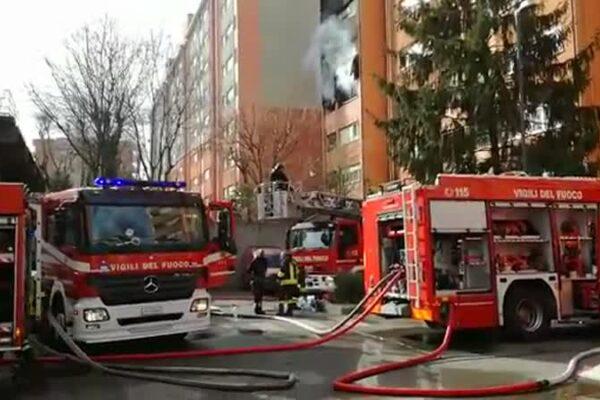 Incendio in appartamento a Milano, muoiono mamma e figlia: sette i feriti
