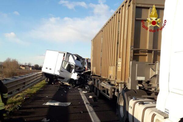 Tragico schianto in autostrada, un morto nell'impatto tra furgone e tir