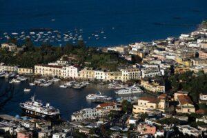 Coronavirus, Ischia vieta gli sbarchi ai turisti lombardi, veneti e cinesi
