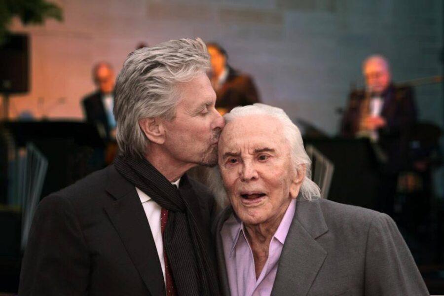 """Cinema in lutto, morto Kirk Douglas. Michael: """"Papà ti amo, sono orgoglioso di essere tuo figlio"""""""