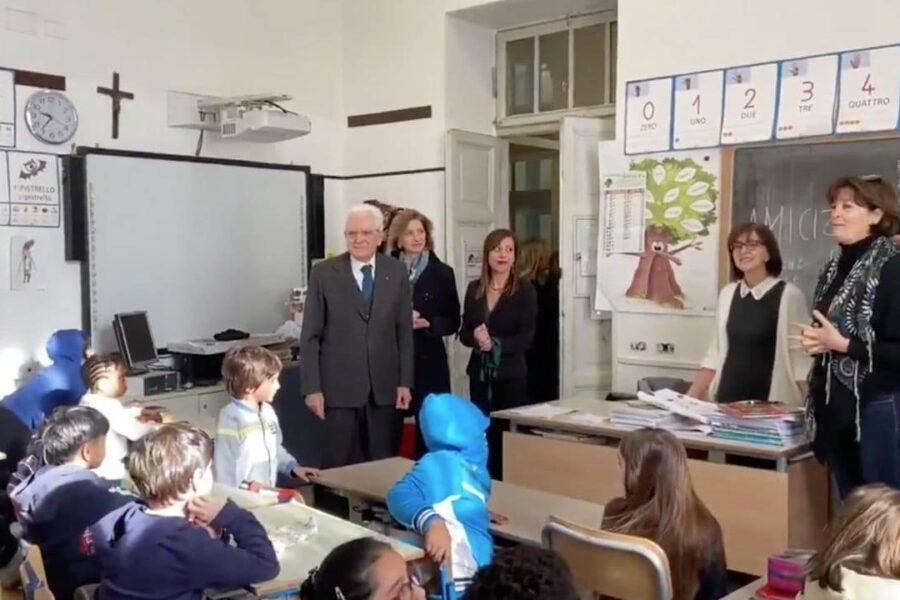 """Mattarella visita scuola con alunni cinesi, è polemica: """"Ci sono cose più importanti a cui pensare"""""""