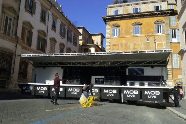 """Sardine a Roma, il 'fango' del viceministro grillino : """"Palco da U2, pagano i Benetton?"""""""