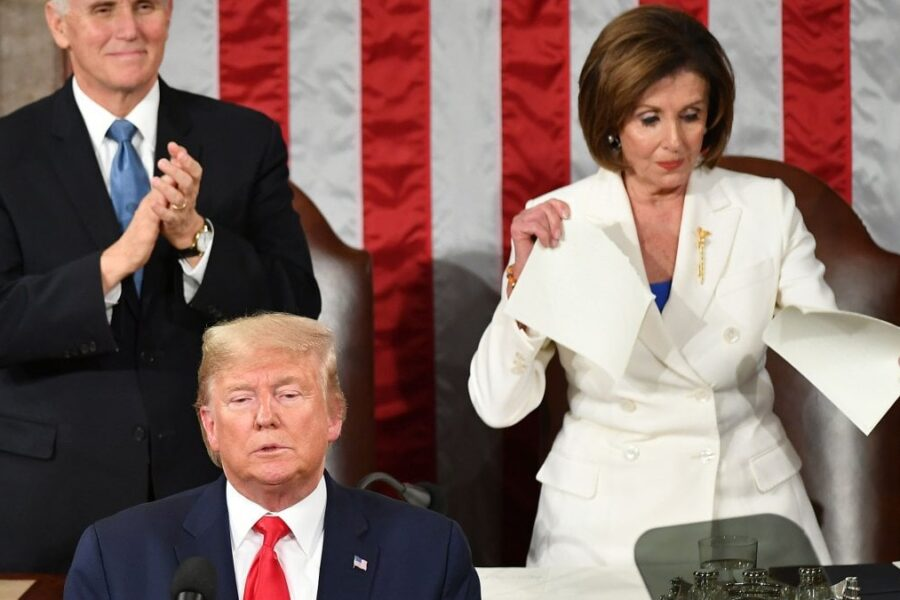 Stato dell'Unione, Nancy Pelosi 'sfida' Trump e strappa il suo discorso