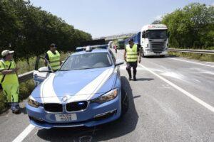 'Mazzetta' da cento euro per evitare la multa, camionista arrestato dalla polizia