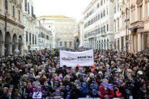 """Sardine in piazza a Roma: """"Abolire decreti sicurezza, Zaky prigioniero mentre Di Maio fa selfie"""""""