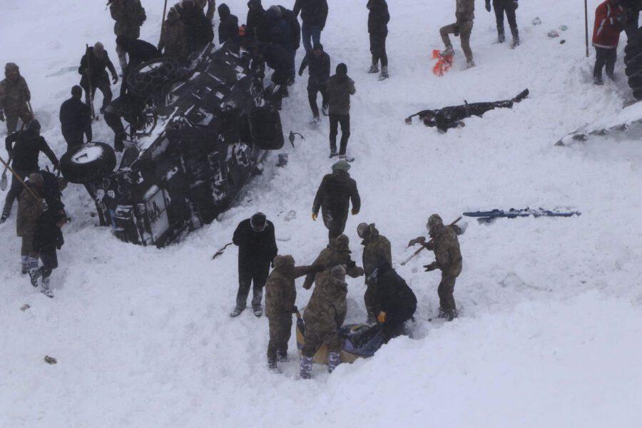 Doppia valanga in Turchia, travolti anche i soccorritori: 38 morti