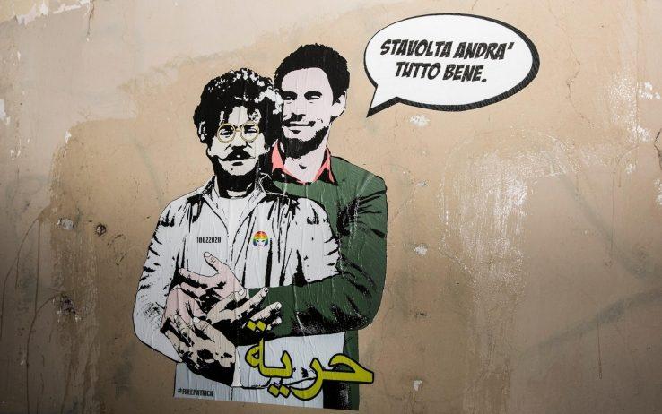 """Regeni abbraccia Zaki in un murale a difesa della libertà: """"Stavolta andrà tutto bene"""""""
