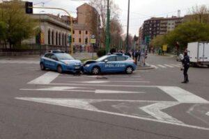 """Auto della polizia si scontrano nella città deserta, parte la gogna: """"Ma inseguivano un ladro"""""""
