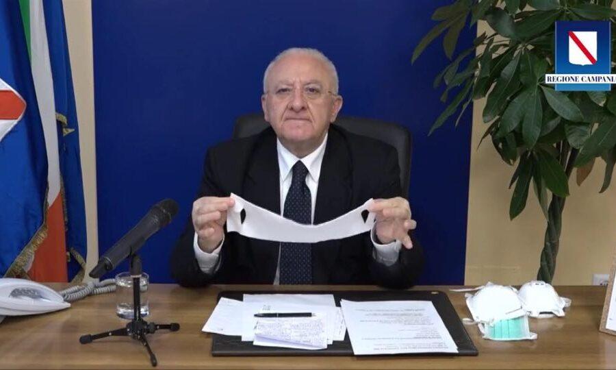 """De Luca e le mascherine del Governo: """"Sono quelle di Bunny il coniglietto"""" – VIDEO"""