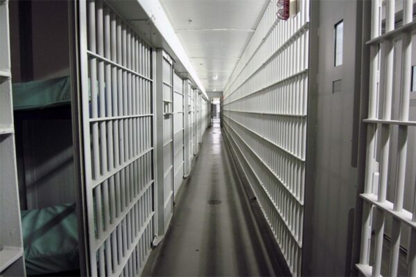 """Detenuto spogliato e picchiato in cella, tre agenti accusati di tortura: """"Agito con crudeltà"""""""