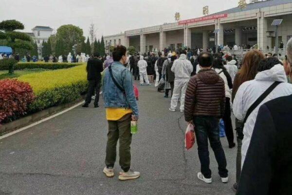 Coda presso il Funeral Parlour del quartiere di Wuchang a Wuhan (Weibo)