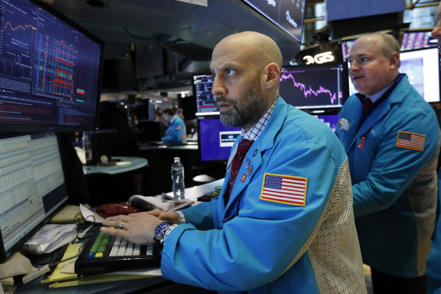 Borse tentano reazione dopo il crollo, Piazza Affari recupera il 3%: spread in calo
