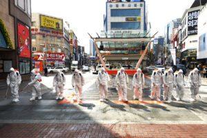 Disinfestazione a Daegu, in Corea del Sud (Lee Moo-ryul/Newsis via AP)