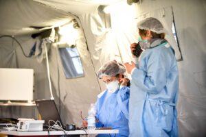 """Coronavirus, 4 decessi in Campania: """"A marzo boom di contagi, chiudere tutto alle 18"""""""
