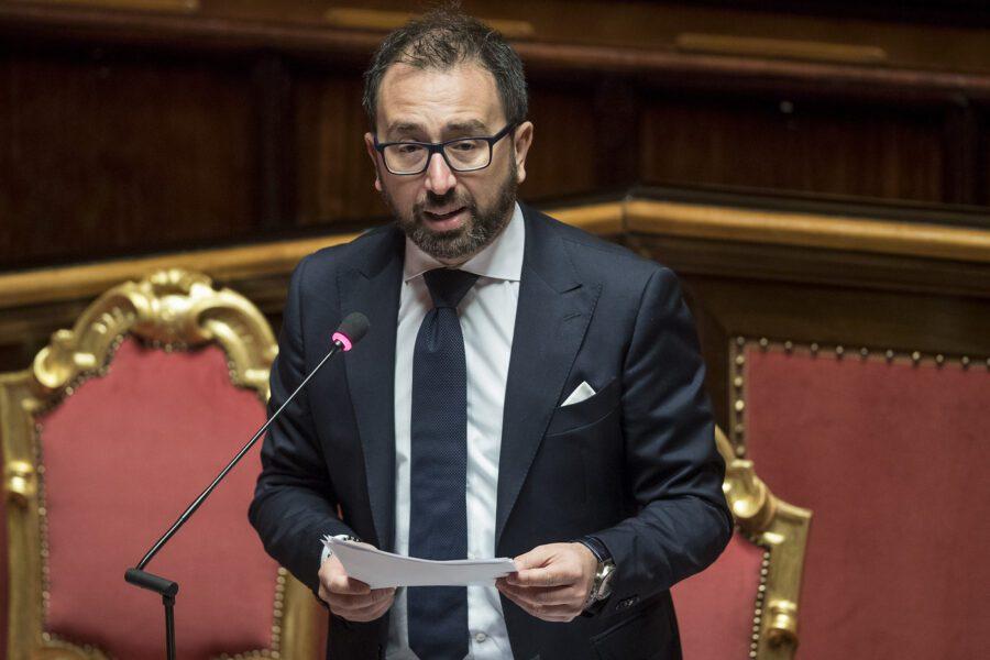 """Bonafede nega gravità situazione carceraria, per Sgarbi: """"Il ministro è un untore"""""""