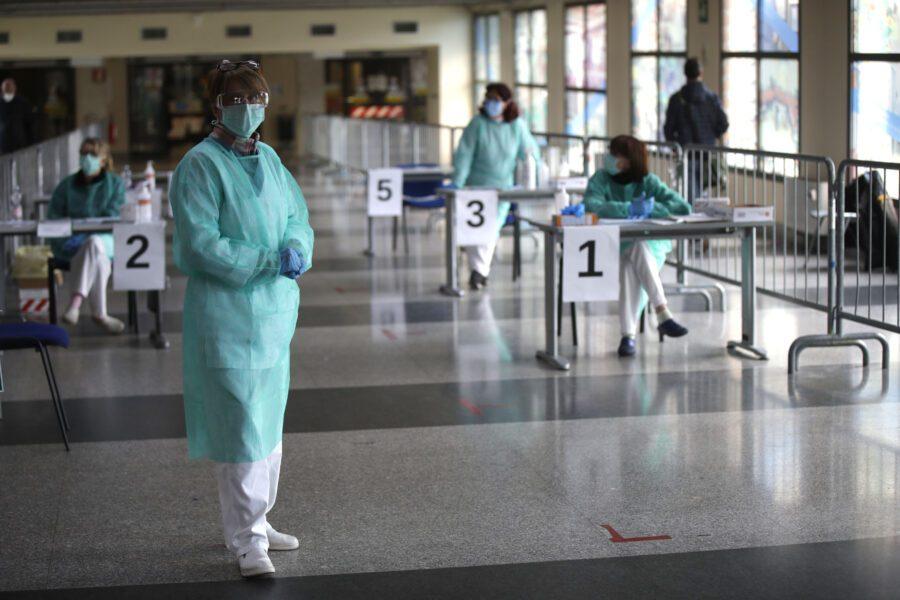 """Lombardia, 700 in terapia intensiva. Gallera: """"Siamo al punto di non ritorno"""", polemica sulle mascherine"""