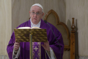 """Coronavirus, a Roma parrocchie aperte. Il Papa: """"Le misure drastiche non sempre sono buone"""""""