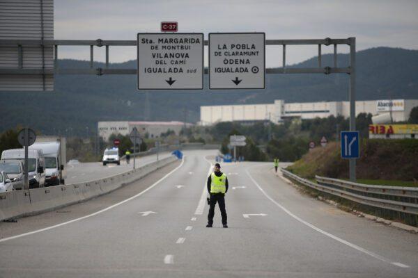 Mossos de Esquadra ai posti di blocco a Igualada, Catalogna, Spagna (AP Photo/Joan Mateu)