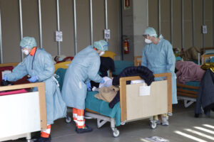 Coronavirus, mancano le mascherine: rischio stop per i funerali