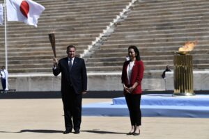 La cerimonia di consegna della fiaccola olimpica ad Atene (Aris Messinis/Pool via AP)