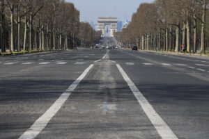 Champs Elysees vuoti a Parigi, per l'emergenza Coronavirus (AP Photo/Michel Euler)