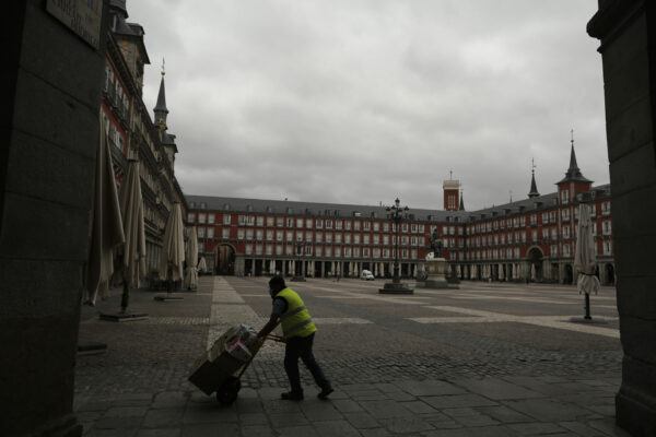 Plaza Mayor di Madrid vuota durante l'emergenza coronavirus (AP Photo/Manu Fernandez)